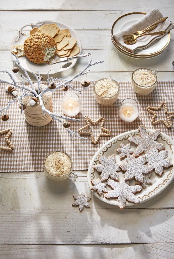 tischdeko zu weihnachten in gold und beige, weihnachtsplätzchen schneeflocken