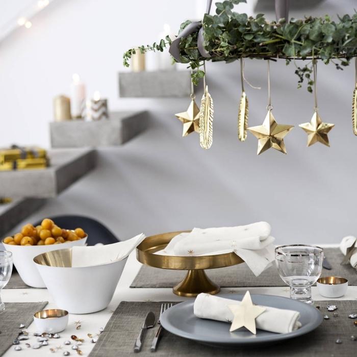 tischdeko zu weihanchten, tisch dekorieren, goldene sterne, weihnachtliche dekoration