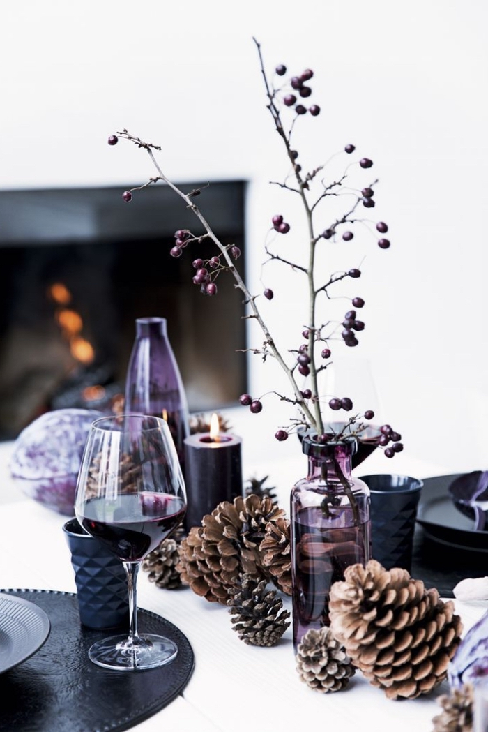 tischdeko zu weihanchten, weihanchtsdeko ideen, roter wein, goße tannenzapfen, lila vasen