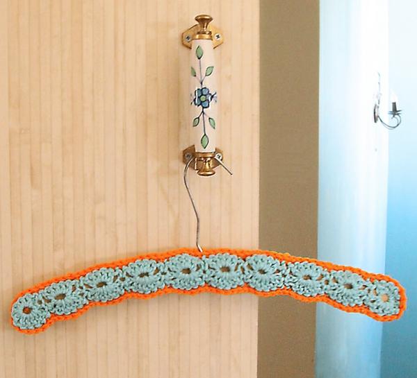 tolle-Wohnideen-super-schöne-umhäkelter-kleider-bügel-in-himmelblau-und-orange
