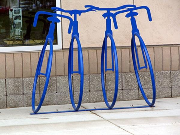 tolle-blaue-Fahrrad-Ständer-in-Form-eines-Fahrrads