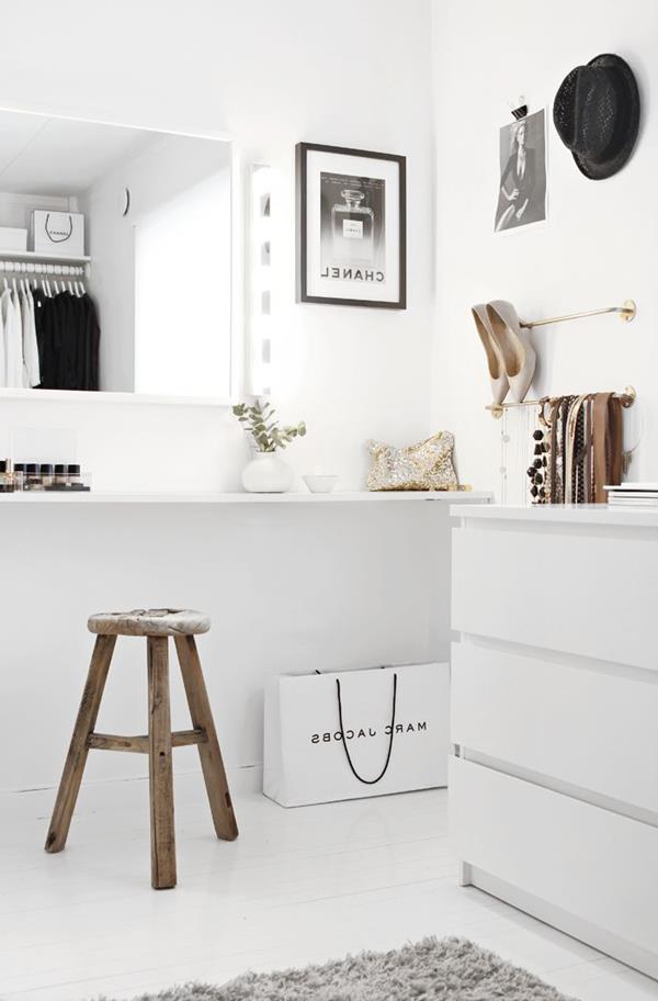tolles-Zimmer-in-Weiß-mit-modernen-Bildern
