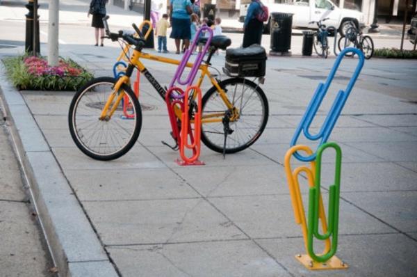 farbige Fahrradständer wie Klammer