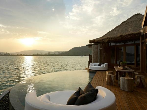 ultra-moderne-und-stilvolle-Terrassengestaltung-mit-Pool