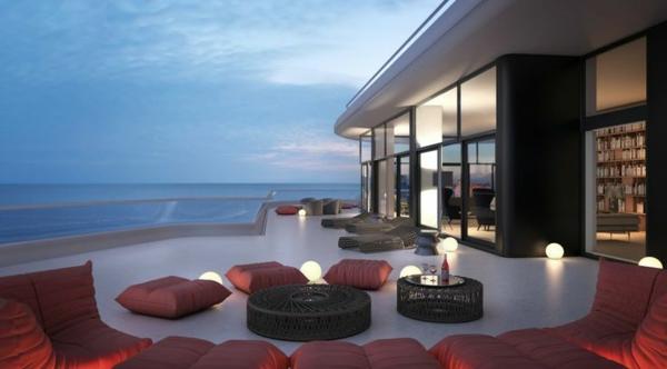 ultra-moderne-und-stilvolle-Terrassengestaltung-mit-roten-Sitzkissen