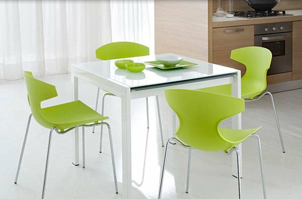 ultramoderne-küchenstühle-in-grüner-farbe - um einen quadratischen tisch in weiß