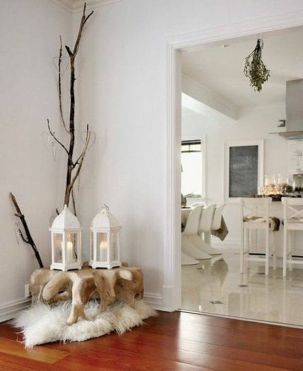 weiße weihnachtsdeko - in der ecke des zimmers