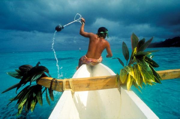 urlaub-in-französisch-polynesien-ein-mann-auf-dem-boot