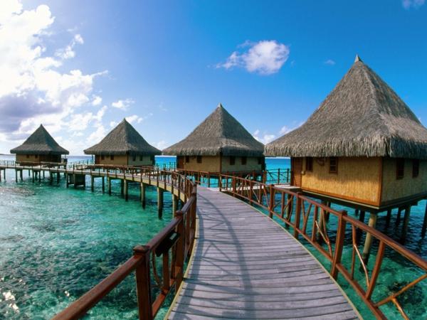 urlaub-in-französisch-polynesien-eine-brücke-und-kleine-häuser