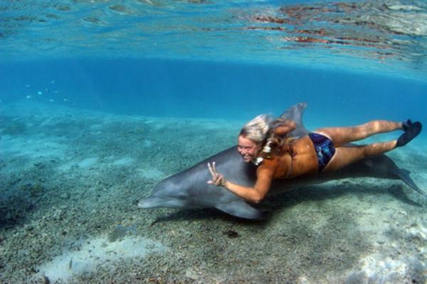 urlaub-in-französisch-polynesien-eine-frau-im-wasser
