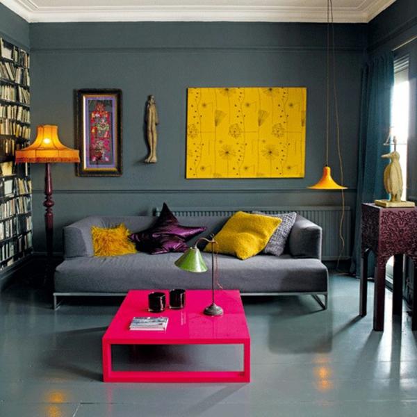kleines wohnzimmer einrichten - tisch in zyklamenfarbe