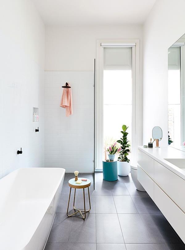 weiße-Unterschränke-weiße-Wandfarbe--Badezimmer