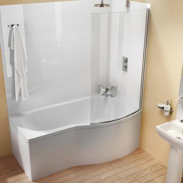 weiße-attraktive-eckbadewanne im süßen badezimmer