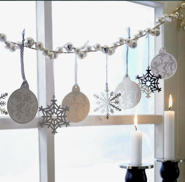 weiße-attraktive-fensterdeko-zu-weihnachten