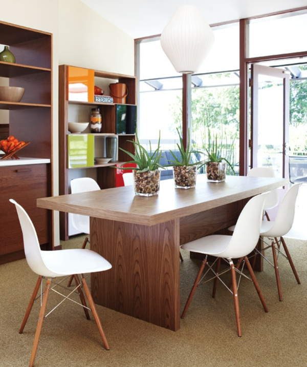 weiße-attraktive-küchenstühle-neben-einem-hölzernen-tisch - im hellen zimmer
