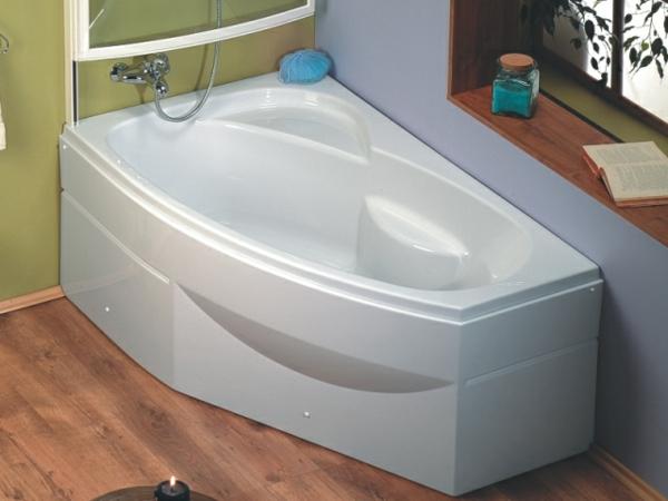 weiße-coole-badewanne-mit-schürze - in der ecke des badezimmers