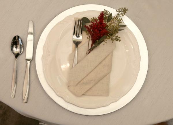 weiße-elegante-und-schicke-servietten-falten-weihnachten-dekoration