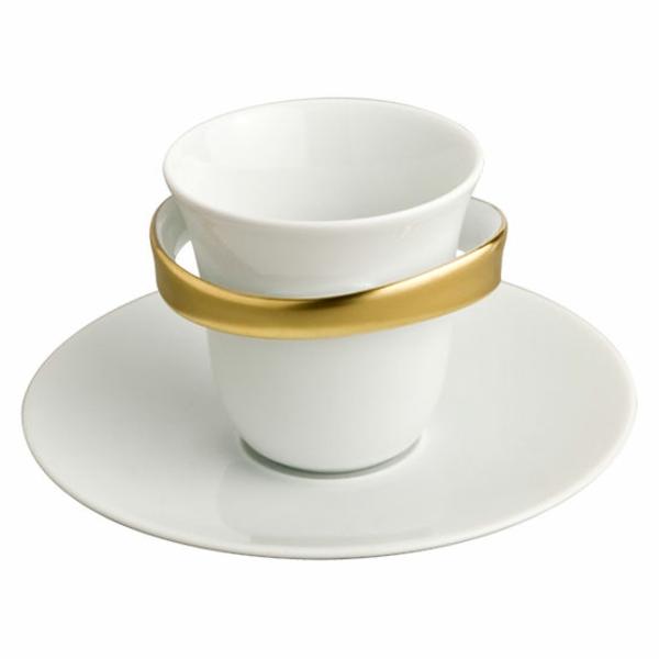 weiße-espressotasse-mit-einem-goldenen-akzent