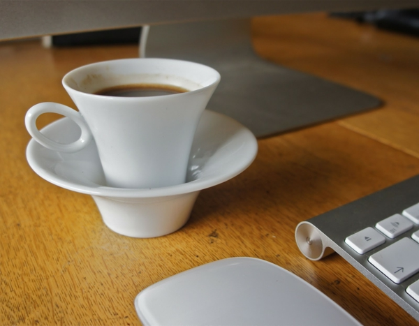 weiße-espressotasse-ultramodernes-modell