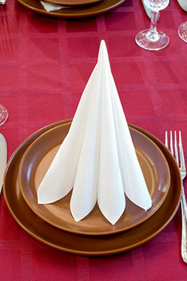 weiße-farbe-servietten-falten-weihnachten-dekoration