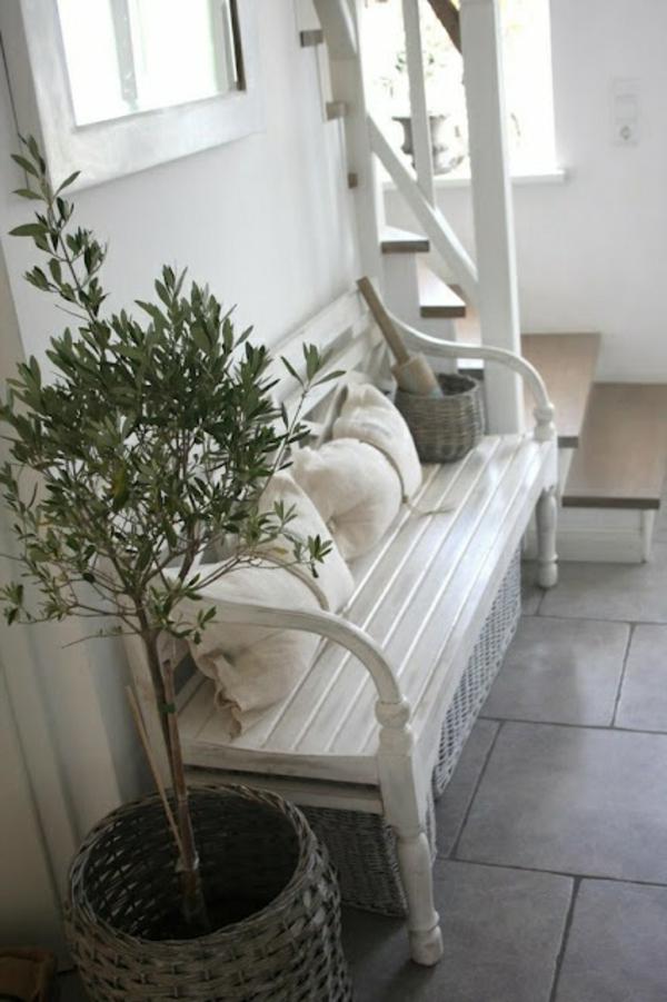 weiße-hölzerne-Sitzbank-für-den-Flur-mit-tollem-Design