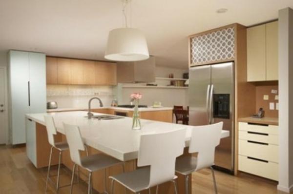 weiße-interessante-küchenstühle im großen zimmer mit einem weißen tisch