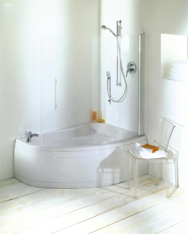 weiße-moderne-schöne-eckwannen - stuhl aus glas daneben