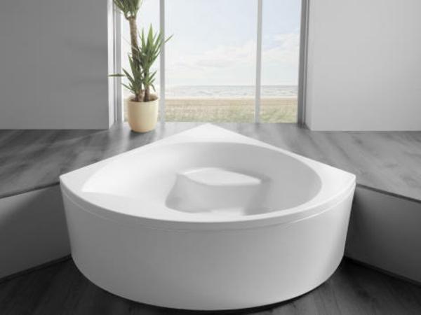 weiße-schöne-eckwanne im modernen badezimmer mit einer gläsernen wand