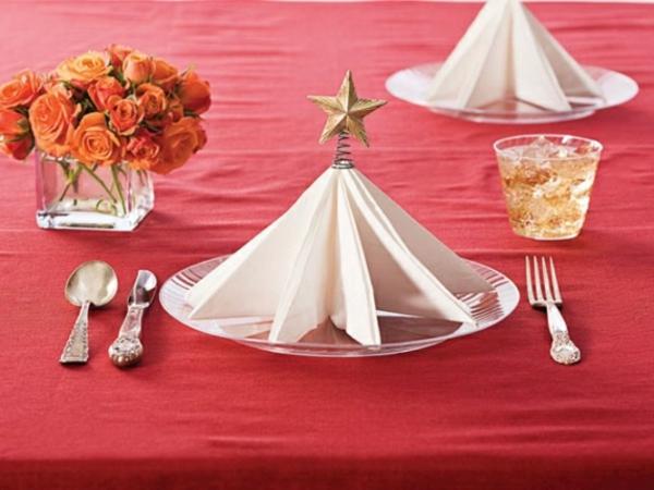 weiße-schöne-servietten-falten-weihnachten-dekoration-elegant-erscheinen
