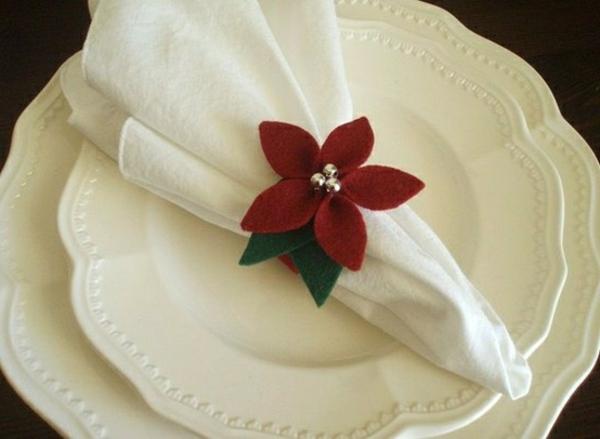 weiße-servietten-falten-weihnachten-dekoration-rote-blume