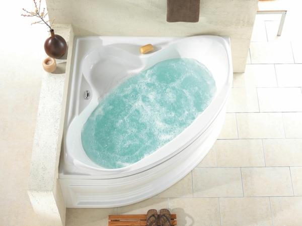 weiße-ultramoderne-eckbadewanne - bild von oben gemacht