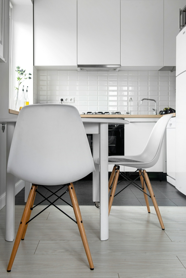 weiße-zeitgenössische-küchenstühle in einer kleinen süßen küche in weißer farbe