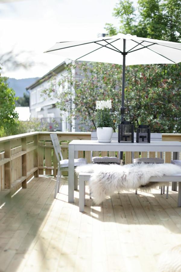 weißer-Tisch-Terrasseneinrichtung-Idee