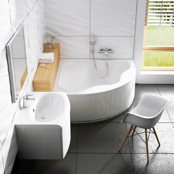 weißes-badezimmer-mit-einer-coolen-badewanne-mit-schürze