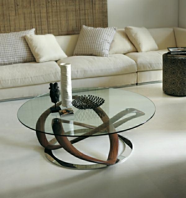 weißes-sofa-neben-einem-designer-tisch-aus-glas-resized