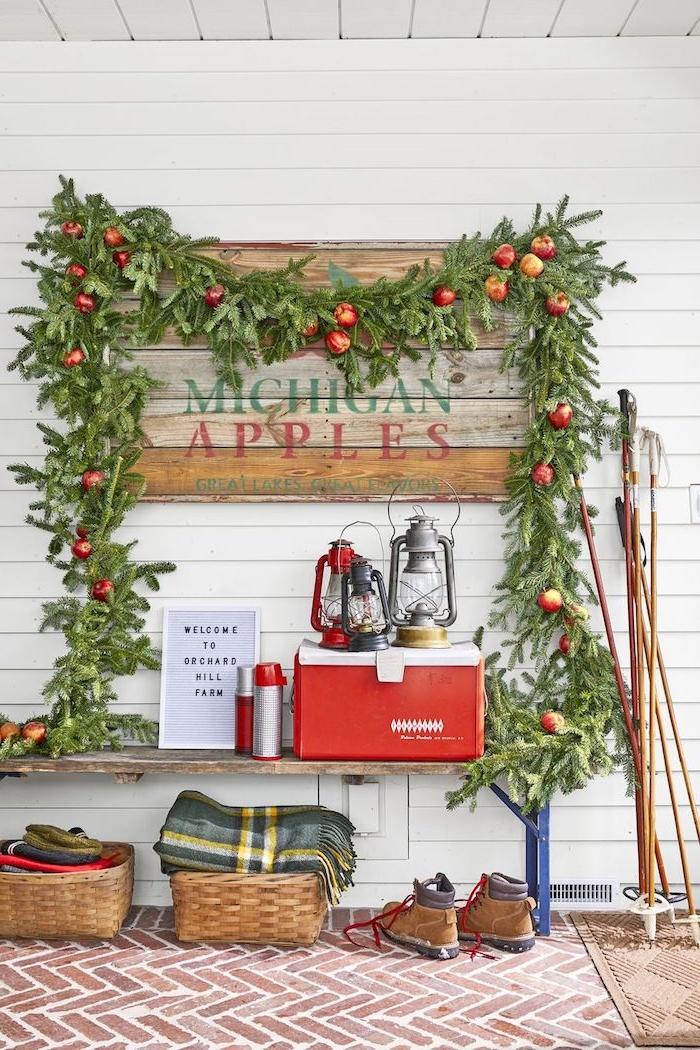 Weihnachtsdekoration mit echten Materialien, Tannengirlande mit Äpfeln