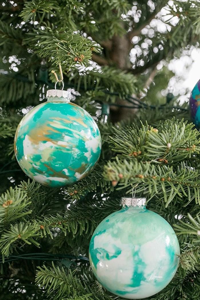 Marble Christbaumkugeln selber machen, einfarbige Kugeln mit Nagellack verzieren