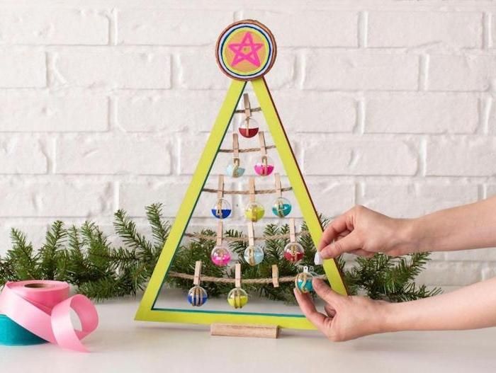 DIY Adventskalender mit 24 kleinen Glaskugeln, in Form von Weihnachtsbaum, aus Holz