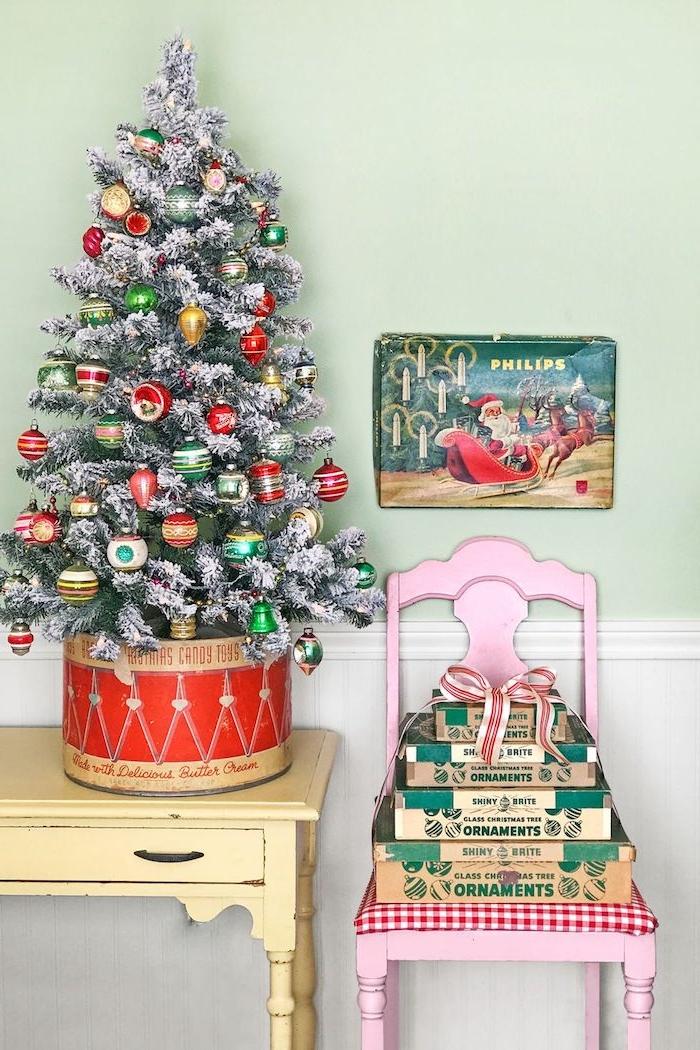 Künstlicher Weihnachtsbaum, geschmückt mit Vintage Christbaumkugeln, mit künstlichem Schnee besprüht