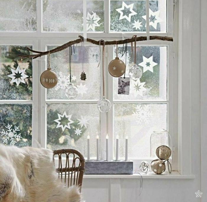weihnachten fensterdeko selber machen kugeln in braun und weiß figuren am fenster hängen
