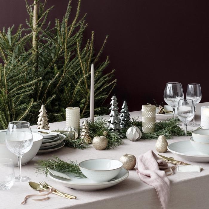 weihnachtloche tischdeko, esstischdeko zu weihanchten, kleine silberne figuren