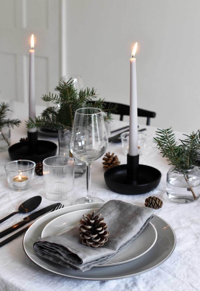 weihnachtliche tischdeko in grau und schwarz, gläser aus kristall, festliche tischdekoration