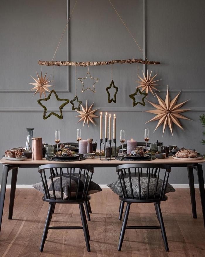 weihnachtsliche tischdeko, graue wand, diy mobile mit großen sternen und schneeflocken