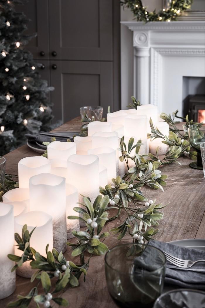 weihnachtliche tischdeko, viele weiße kerzen in verschiedneen größen, romantische tischdekoration