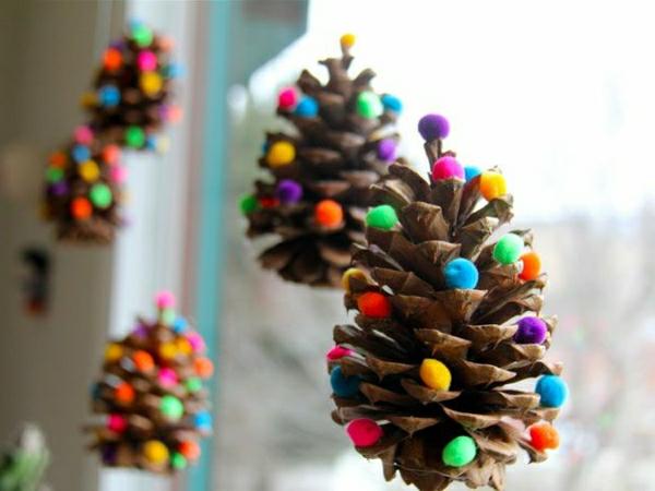 weihnachtsbaumschmuck-basteln-tanenzapfen-färben-filzkugeln