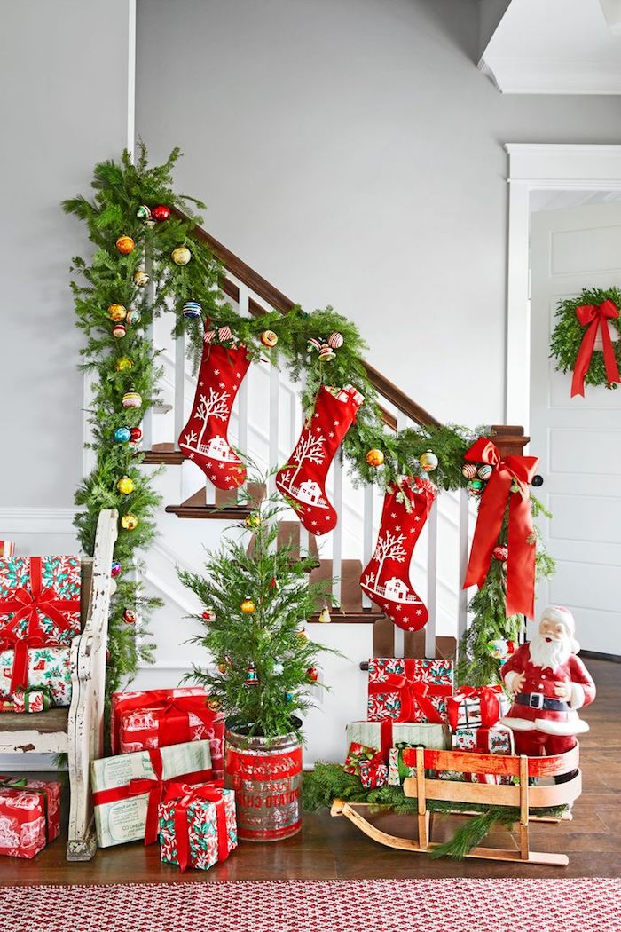 Treppe mit Tannengirlande schmücken, bunte Christbaumkugeln, kleiner Weihnachtsbaum in Blumentopf, Weihnachtsmann auf Schlitten