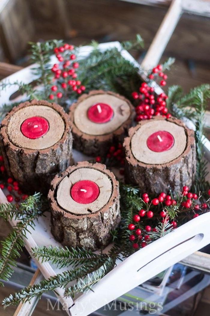 Rote Teelichter in Baumrinde auf Tablett, Tannenzweige und Mistel, Weihnachtsdeko mit natürlichen Materialien