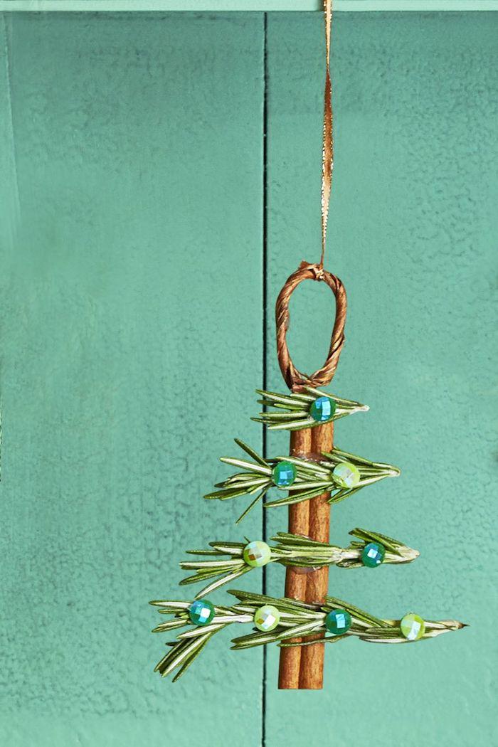 Weihnachtsschmuck aus Naturmaterialien basteln, DIY Weihnachtsbaum aus Zimtstange und Tannenzweigen