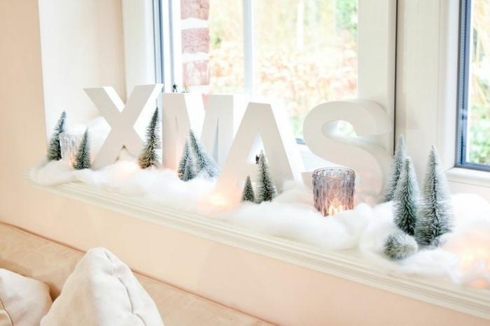 weihnachtsdeko fensterbank selber machen fensterdeko teekerzen buchstaben weiß xmas kunstschnee tannenbäumchen