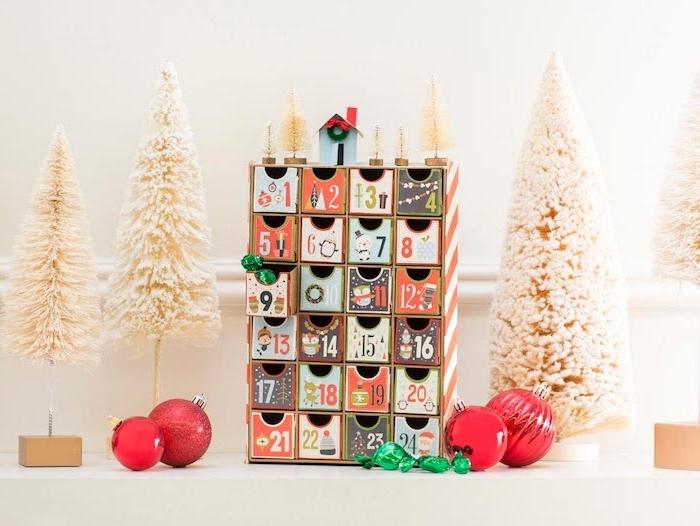 Adventskalender aus Holz basteln, kleine nummerierte Schubladen voll mit Süßigkeiten